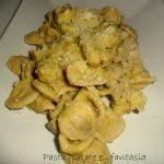 Orecchiette integrali con crema di piselli e salsicce