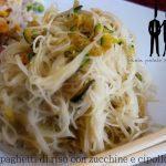 Spaghetti di riso con zucchine e cipolle