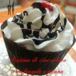 Cestino di cioccolato con fragole e panna