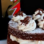 Fluffosa al caffè e cioccolato con frosting alla vaniglia