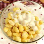 Gnocchi fritti al formaggio, con besciamella leggera al Parmigiano Reggiano
