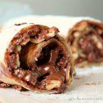 Rotolo di pancake gusto Rocher per una colazione golosissima.