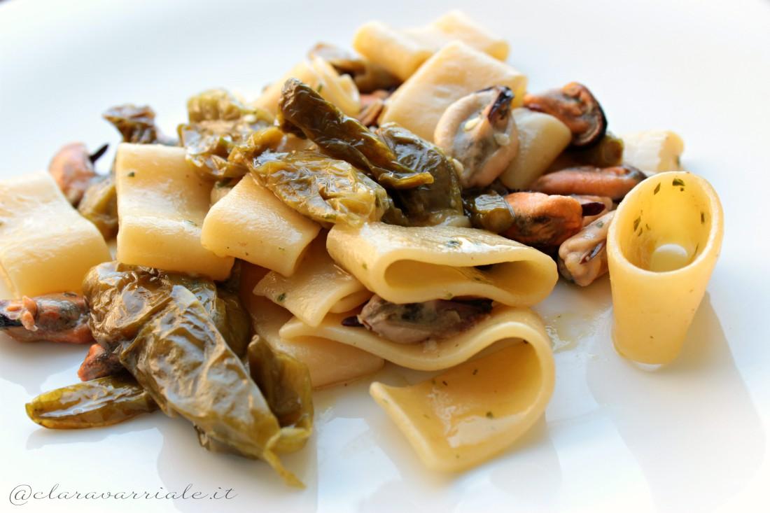 calamarata di pasta con cozze e peperoncini verdi