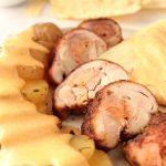 Involtini di pollo con salmone affumicato e salsa cheddar